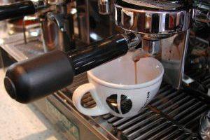 הפוך חלש עם חלב קר בצד - 5 דגשים לעיצוב בתי קפה